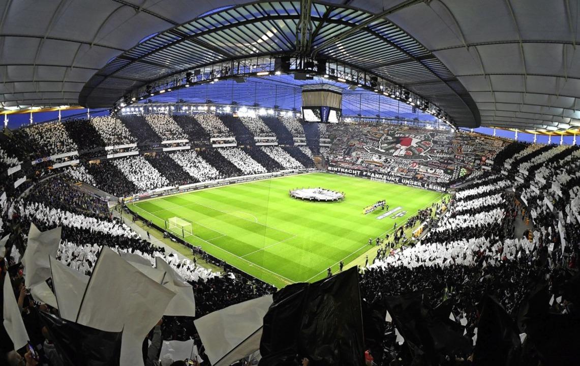 Immer wieder beeindruckend: die Kuliss...rter Stadion bei Europa-League-Spielen  | Foto: Arne Dedert (dpa)