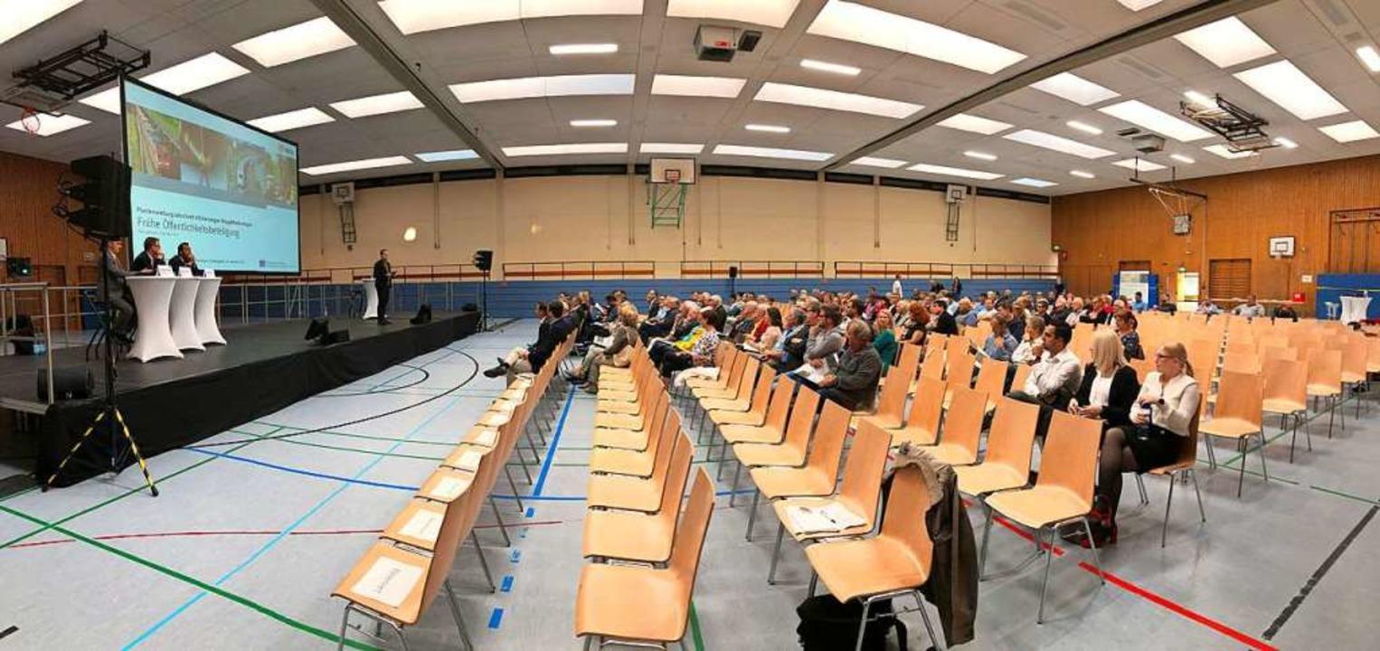Viele Stuhlreihen blieben bei der frühen Öffentlichkeitsbeteiligung frei.    Foto: Felix Lieschke