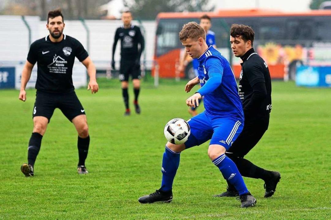 Marvin Seher (SV Rust, links) im Duell mit  Julian Schwab (SC Orschweier).  | Foto: Peter Aukthun-Goermer