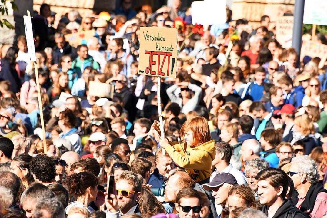 So voll war der Platz der Alten Synago...tausende Menschen für den Klimastreik.  | Foto: Rita Eggstein
