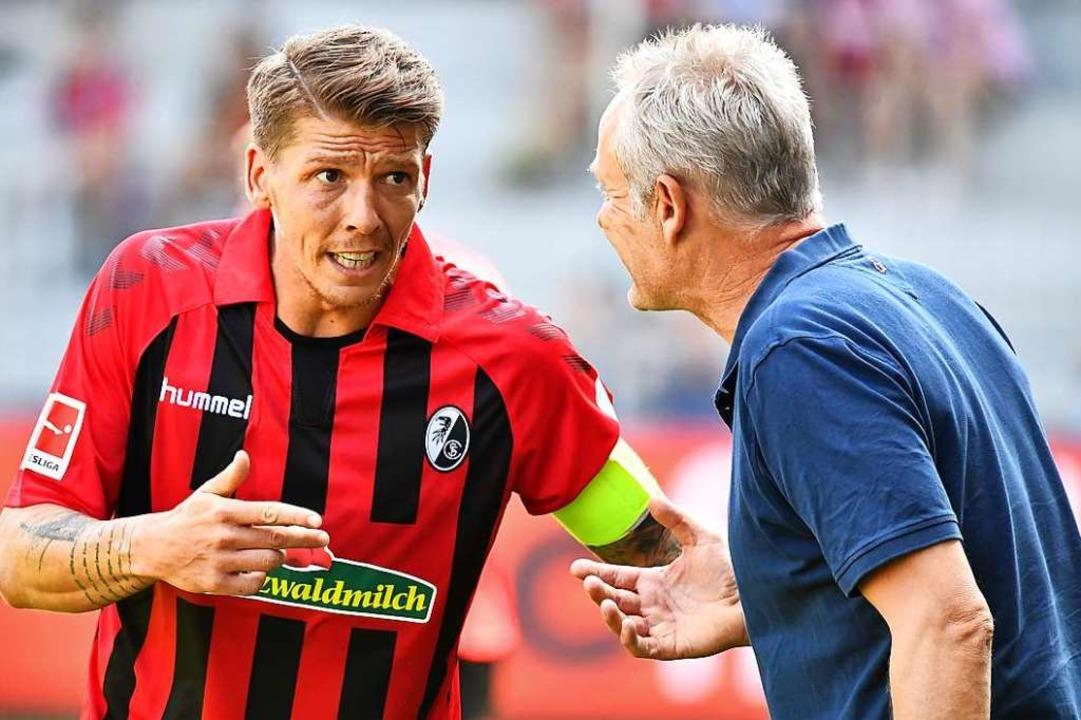 Wichtiger Gesprächspartner auch für SC...Christian Streich: Kapitän Mike Frantz  | Foto: Achim Keller
