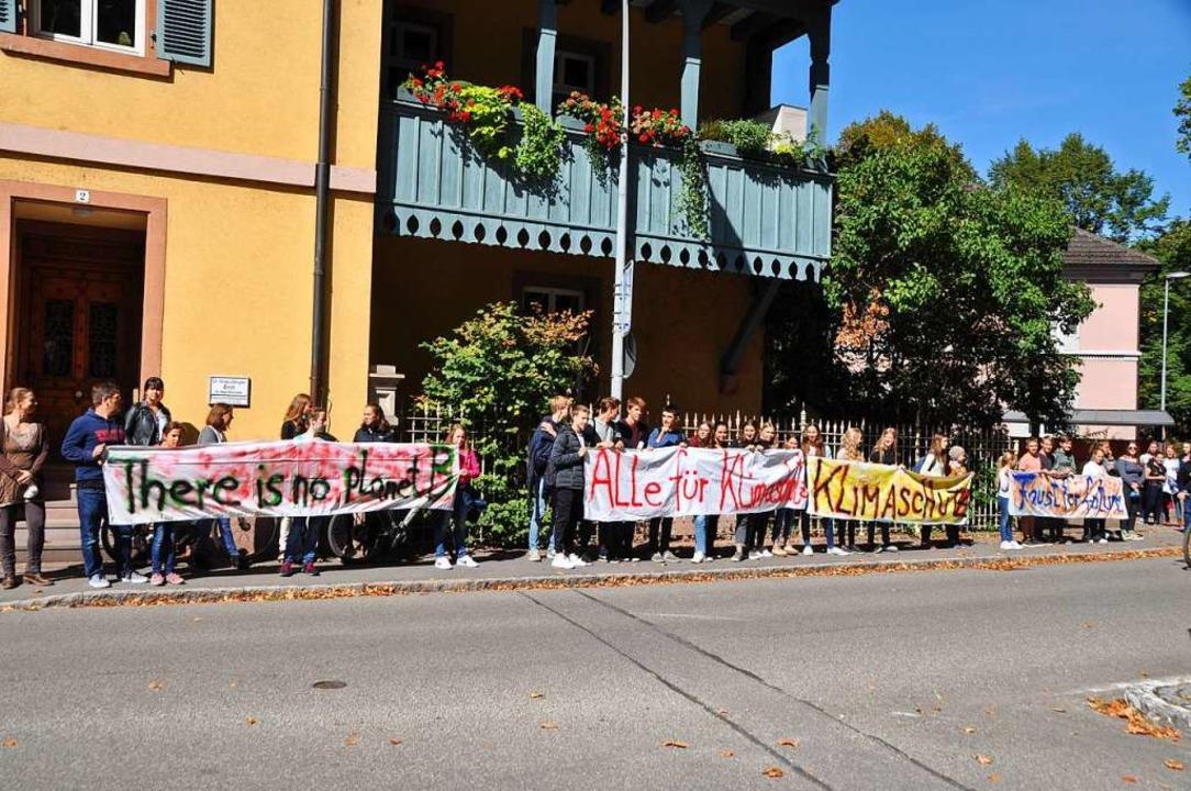 Nach Schulschluss zur Kundgebung: Mitg...0; trugen Transparente auf die Straße.    Foto: Rainer Ruther