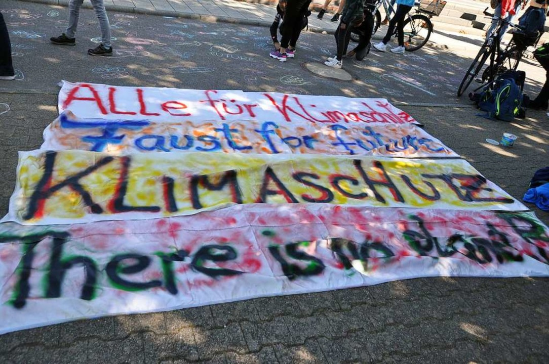 Nach Schulschluss zur Kundgebung: Mitg...20; trugen Transparente auf die Straße    Foto: Rainer Ruther