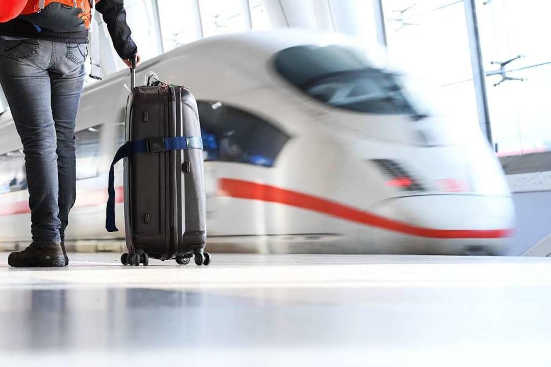 Die Fahrpreise im Fernverkehr der Deutschen Bahn sollen um zehn Prozent sinken.  | Foto: Arne Dedert (dpa)