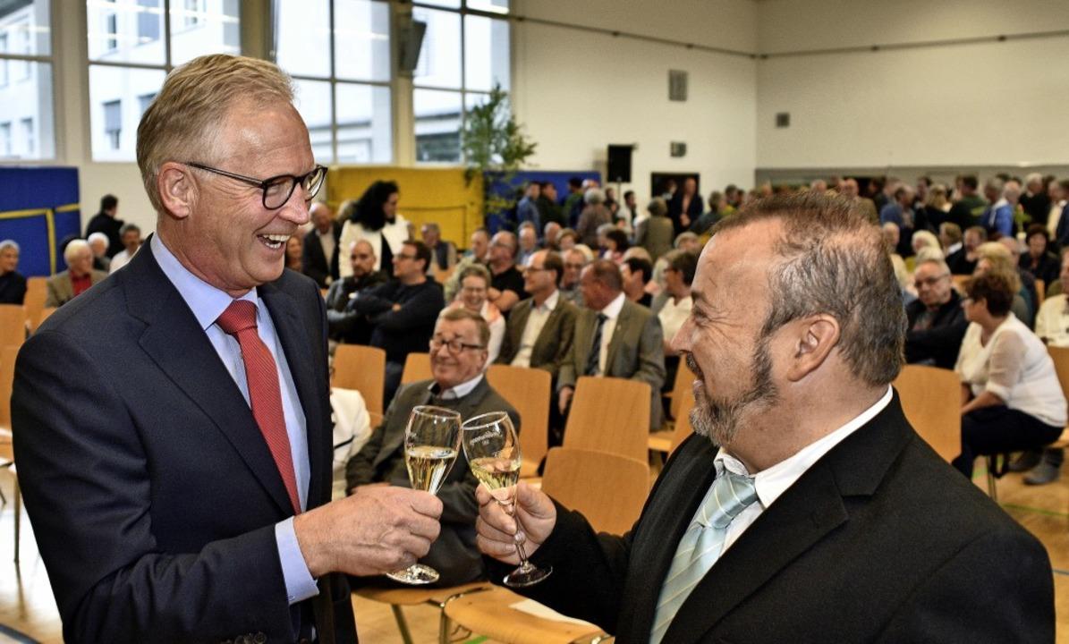 Prösterchen: Der scheidende Ortsvorste...einem Nachfolger Christoph Brender an.    Foto: Thomas Kunz