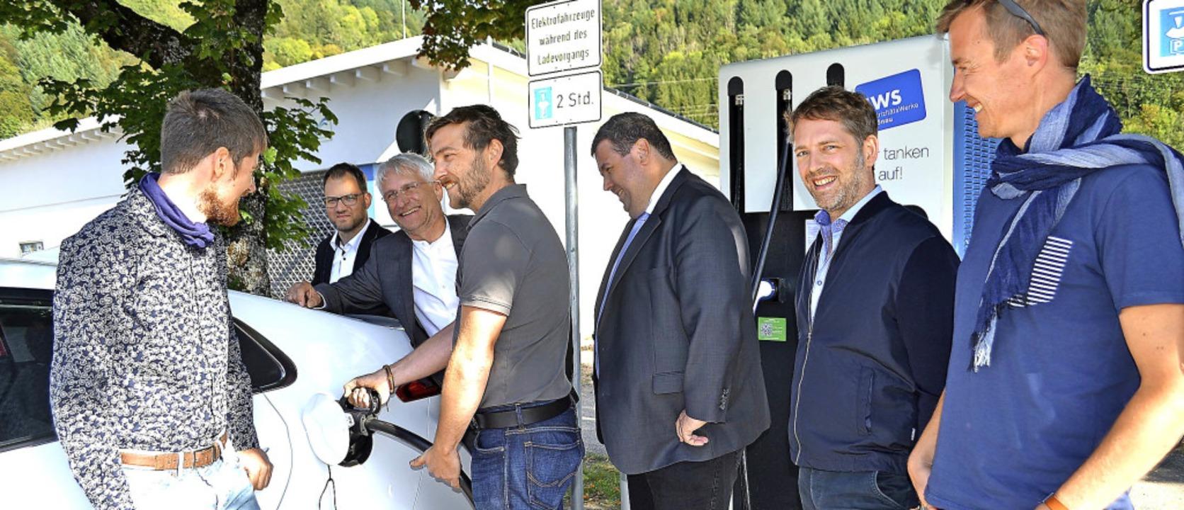 Wie man ein  E-Mobil an der neuen Schn...nda und Gerhard Zickenheiner (links).   | Foto: Paul Berger