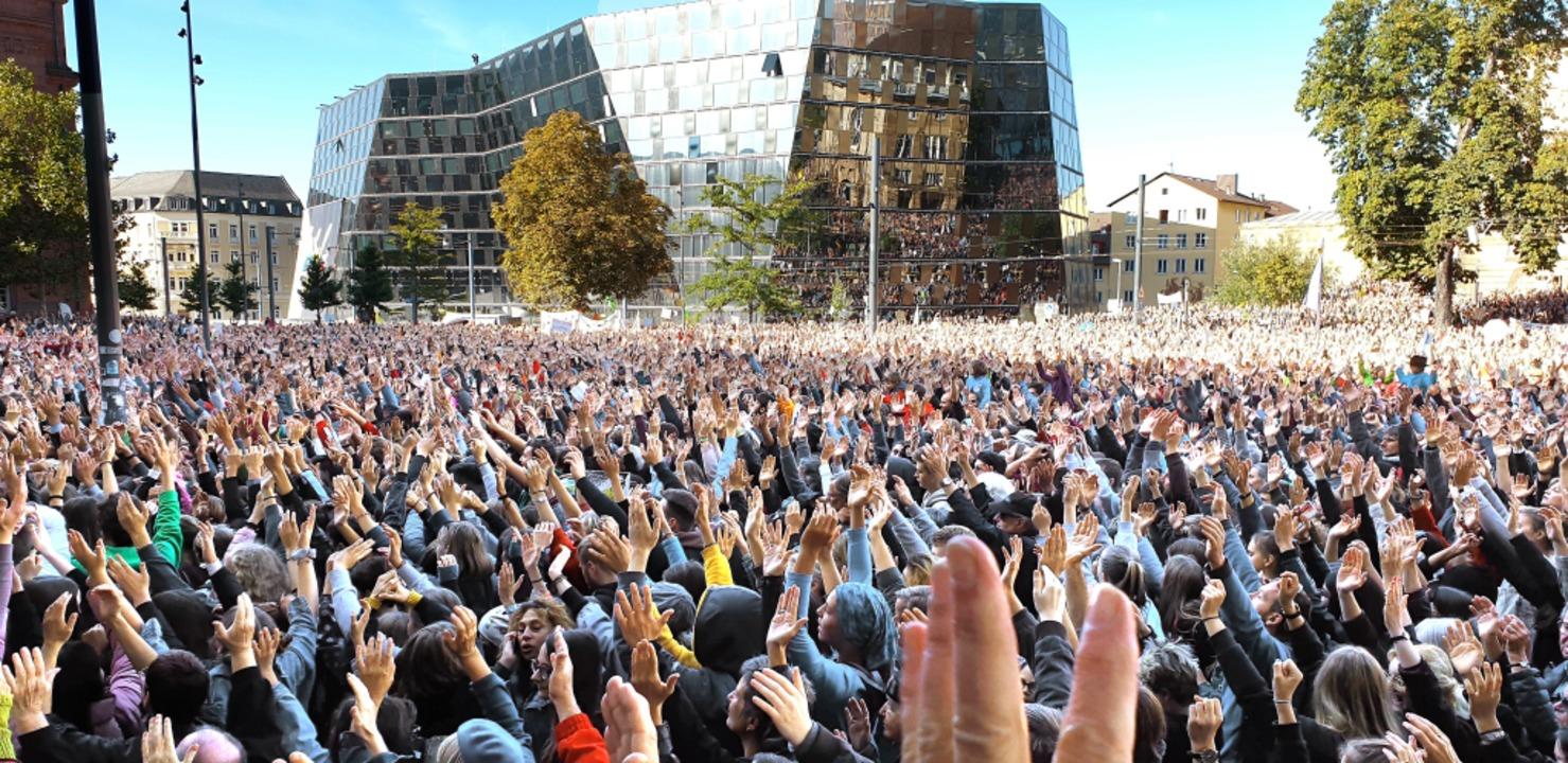 Auf dem  Platz der Alten Synagoge in F...limastreik-Demonstration  versammelt.   | Foto: Theresa Steudel