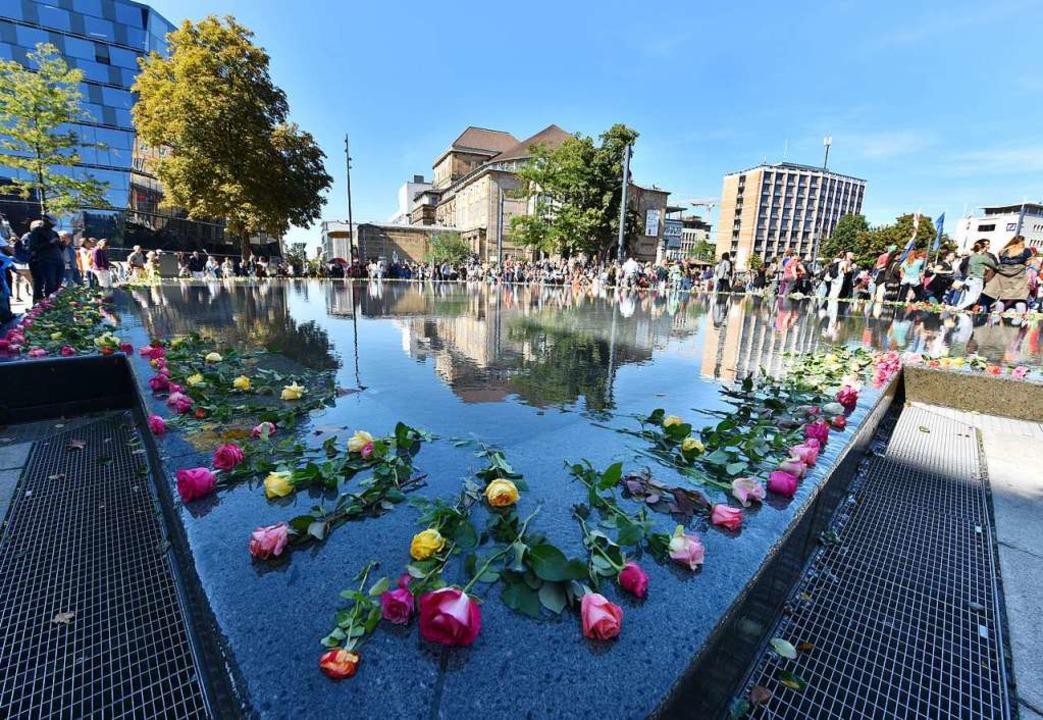 Klima-Demonstranten haben Rosen am Synagogenbrunnen abgelegt.  | Foto: Rita Eggstein