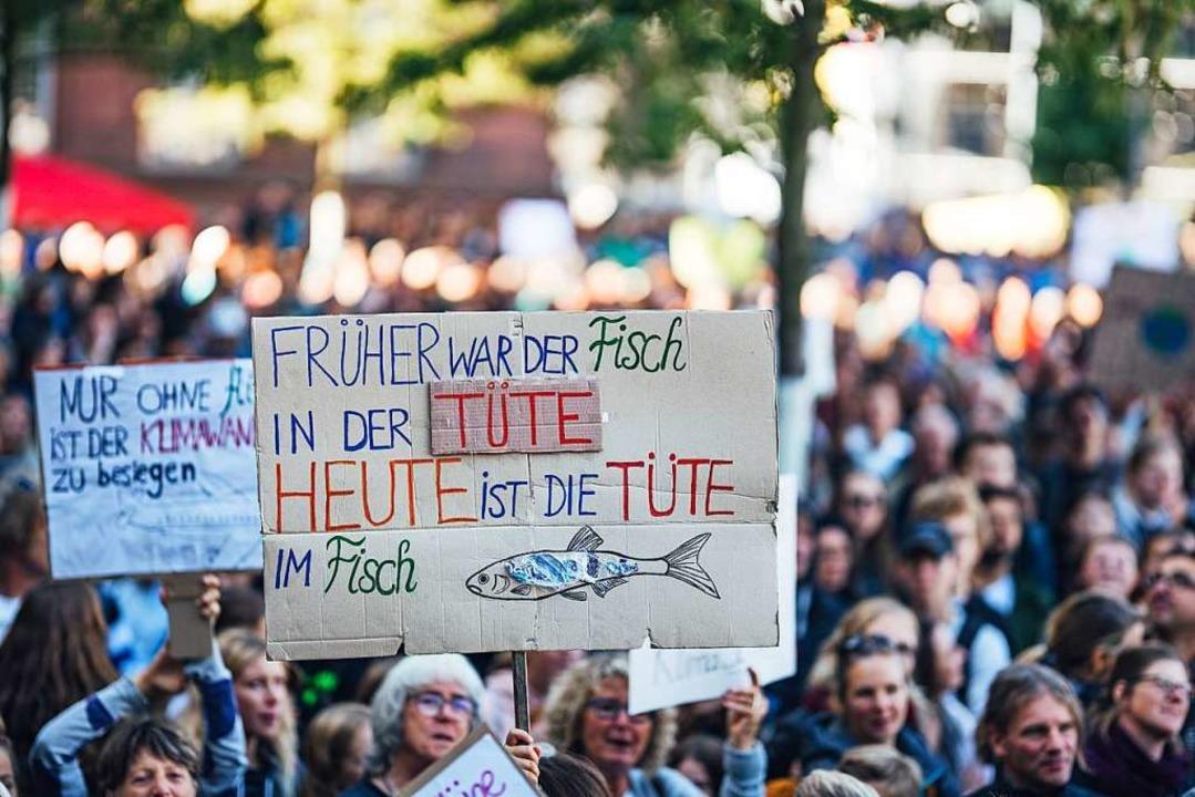 Menschen aller Altersgruppen waren bei...eil mit sehr einprägsamen Botschaften.  | Foto: Fabio Smitka