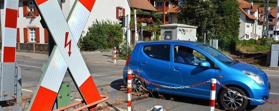 Autofahrerin bleibt in Weil im Stau unter einer Bahnschranke stecken