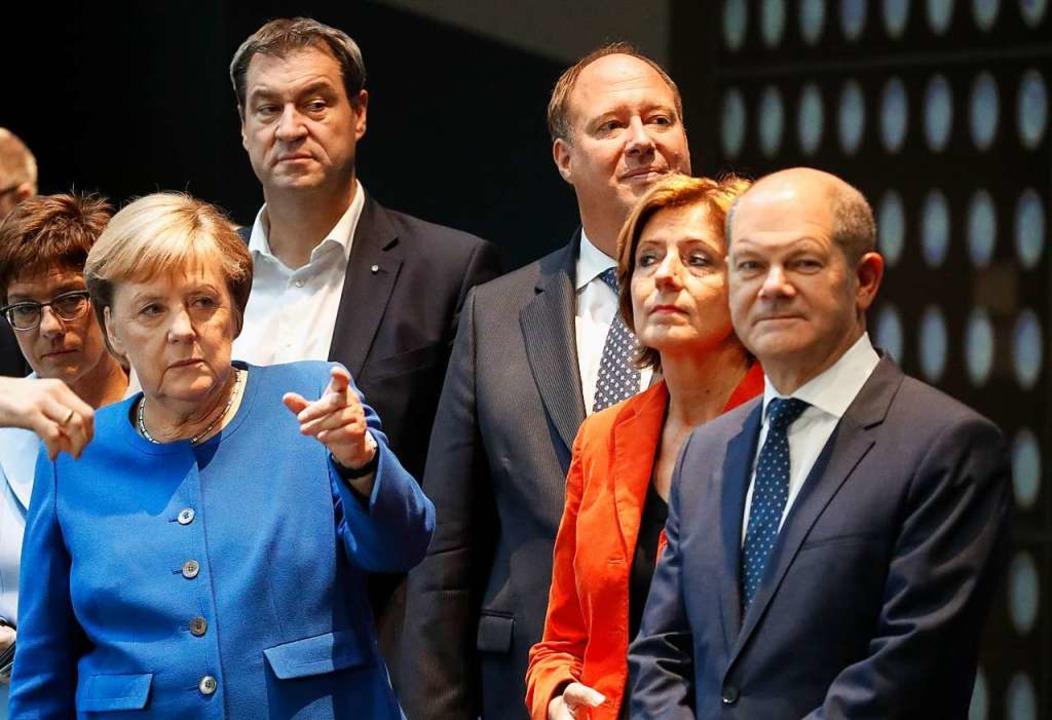 Müde Gesichter: die Spitzenpolitiker der Koalition nach der langen Nacht  | Foto: Axel Schmidt (dpa)