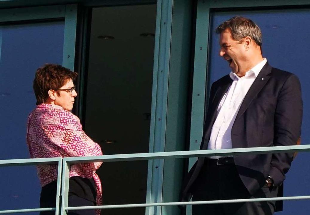 Ein Gähnen am Morgen:  die Verteidigun...r (CSU) auf dem Balkon des Kanzleramts  | Foto: Kay Nietfeld (dpa)