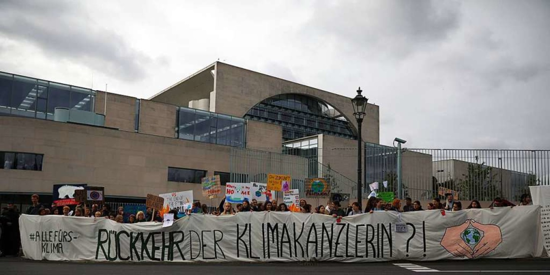 Demonstranten stehen am Freitag vor dem Kanzleramt  | Foto: Christoph Soeder (dpa)