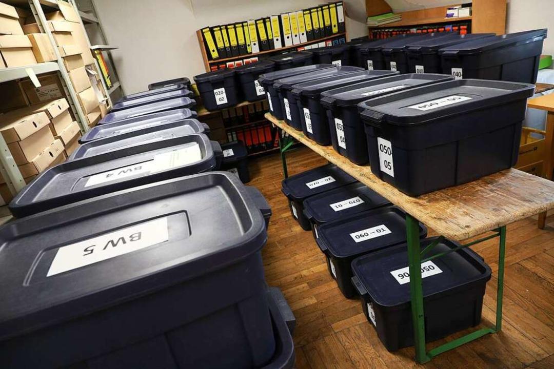 Die Wahlurnen stehen bereit. 350 Helfe...en und das Ergebnis im Rathaus melden.  | Foto: Christoph Breithaupt