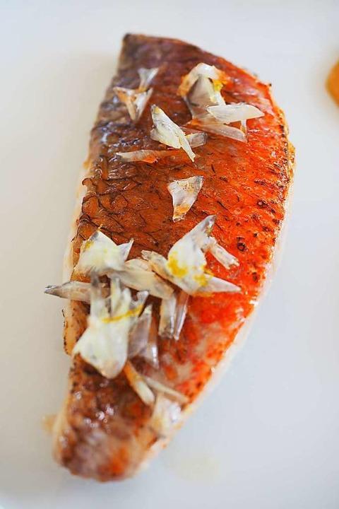 Rotbarbe (Salmonete) mit aufgepoppten Fischschuppen.  | Foto: Susanne Gilg
