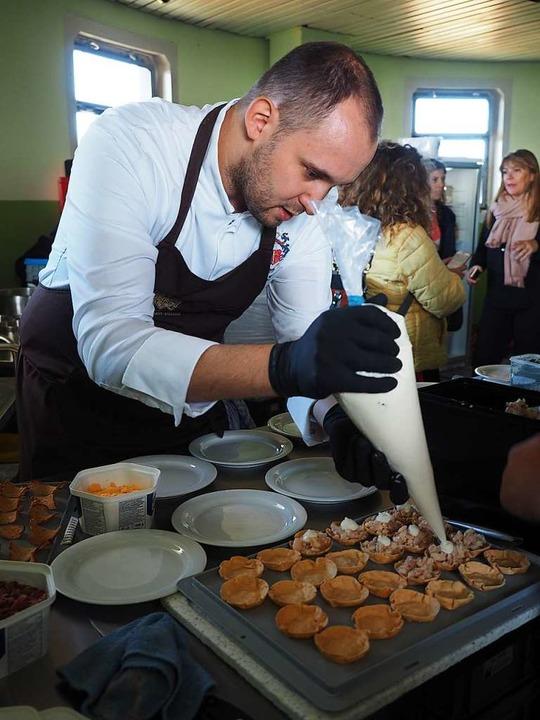 Matthias Schwer bereitet die Tartelettes mit Rauchforelle zu.  | Foto: Susanne Gilg
