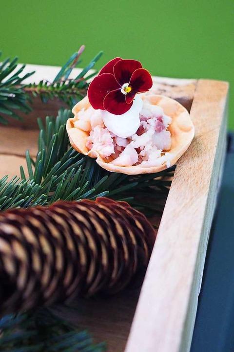 Die Deko für das Tartelette mit Rauchforelle ist aus St. Märgen.  | Foto: Susanne Gilg