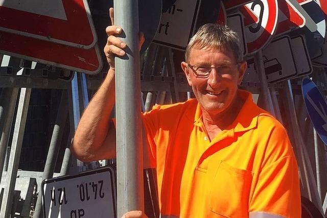 Der Mann, der Autobahnschilder mit der Wasserwaage aufstellt
