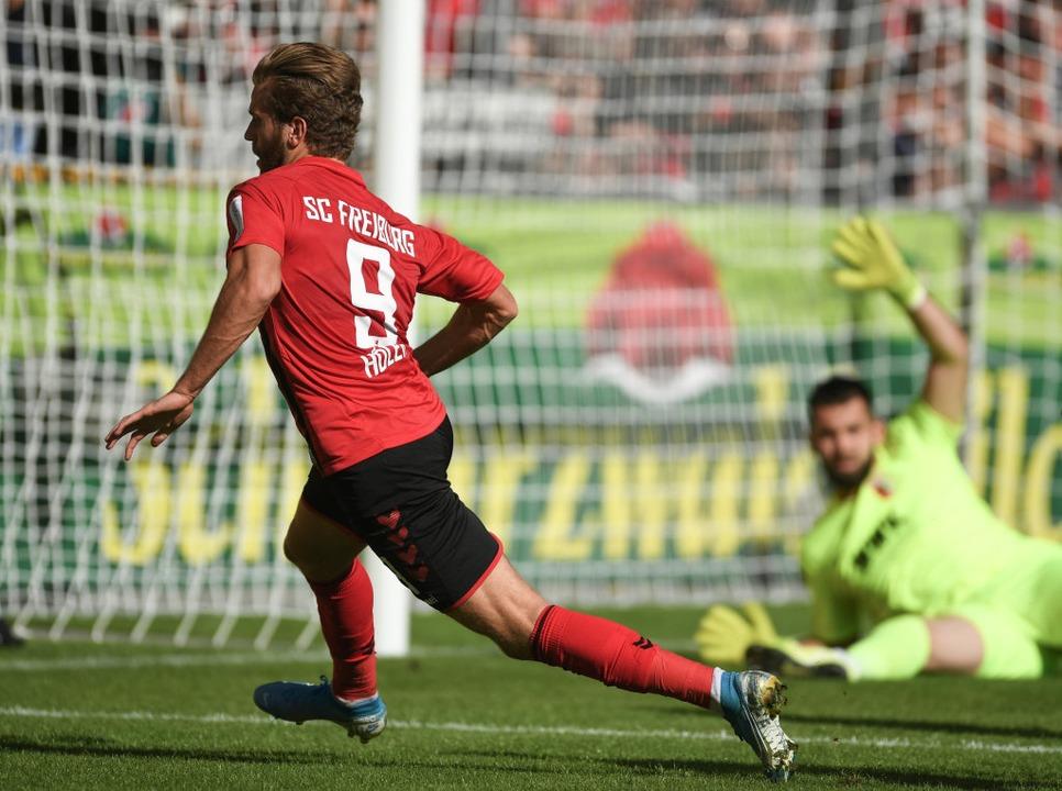 Lucas Höler erzielte in der ersten Häl...chenzeitliche 1:0 für den SC Freiburg.  | Foto: Patrick Seeger (dpa)