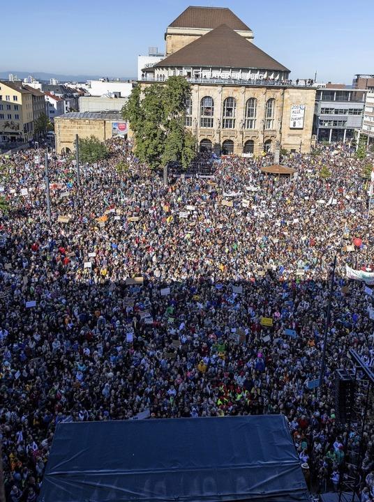 Eine Stadt wird ihrem Ruf gerecht: Bis...eren in Freiburg für mehr Klimaschutz.  | Foto: Patrick Seeger (dpa)