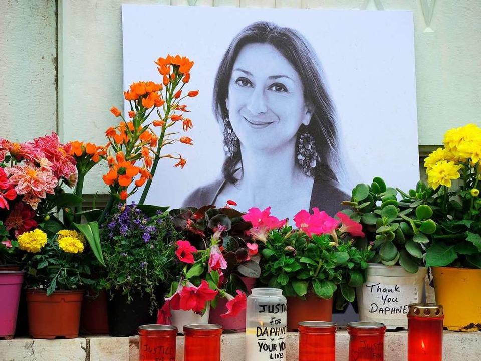 Am Fuß eines Denkmals vor dem Justizpa...e öffentliche Untersuchung angeordnet.  | Foto: Lena Klimkeit (dpa)