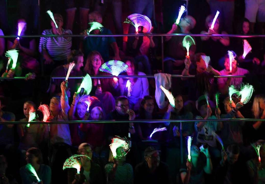 Faszinierendes Lichterspiel in der dun...annschaftsvorstellung vor Spielbeginn.  | Foto: Patrick Seeger