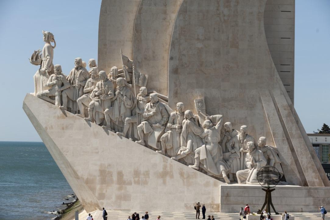 Denkmal der Entdecker in Lissabon an d...-Mündung mit Magellan (Sechster v. l.)  | Foto: Luis Pavao