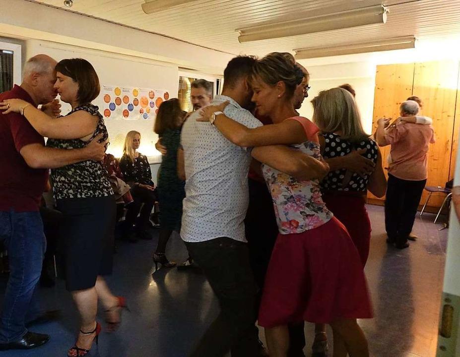 Stilvoll wurde auch auf engstem Raum Tango getanzt  | Foto: Roswitha Frey