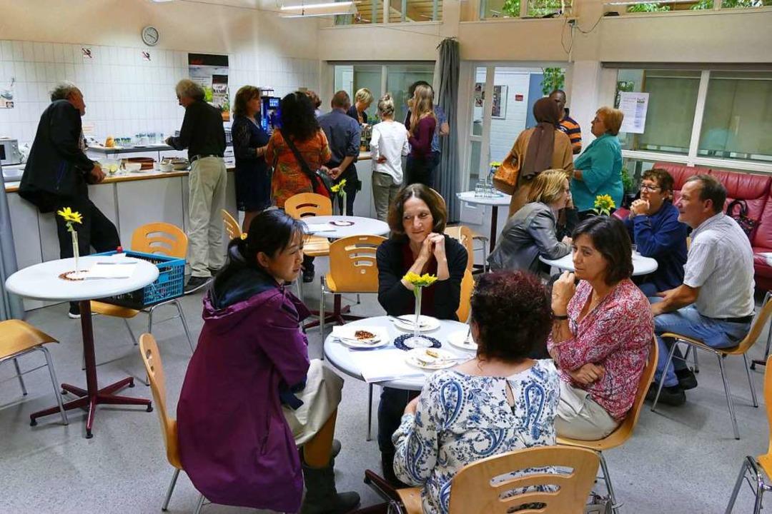 Zusammensitzen in der Cafeteria der VHS Rheinfelden  | Foto: Anna Uhlmann