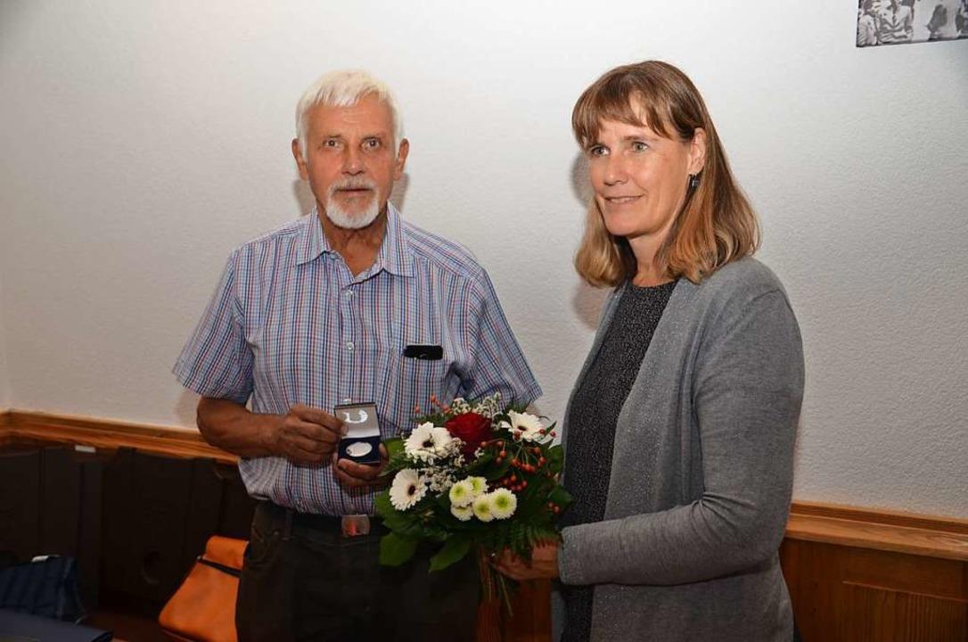 Die SPD-Kreisvorsitzende Birte Könneck...r SPD, der Willy-Brandt-Medaille, aus.  | Foto: Hans-Jochen Voigt