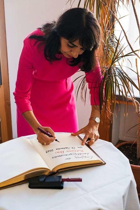 Landtagspräsidentin Muhterem Aras trägt sich ins Goldene Buch der Stadt ein.  | Foto: Ansgar Taschinski