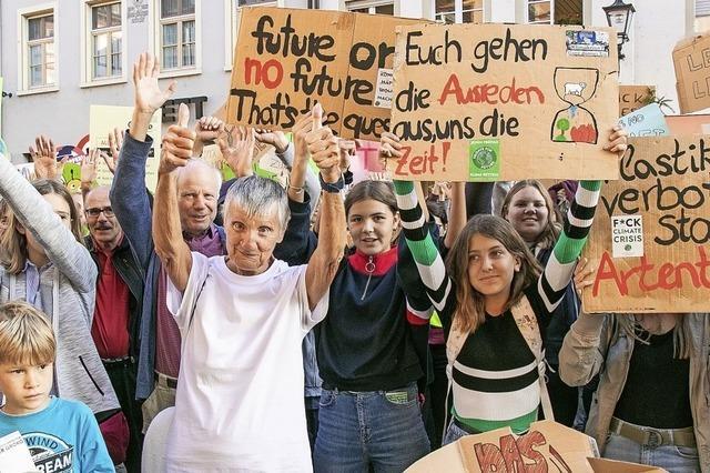 Jung und Alt protestieren lautstark