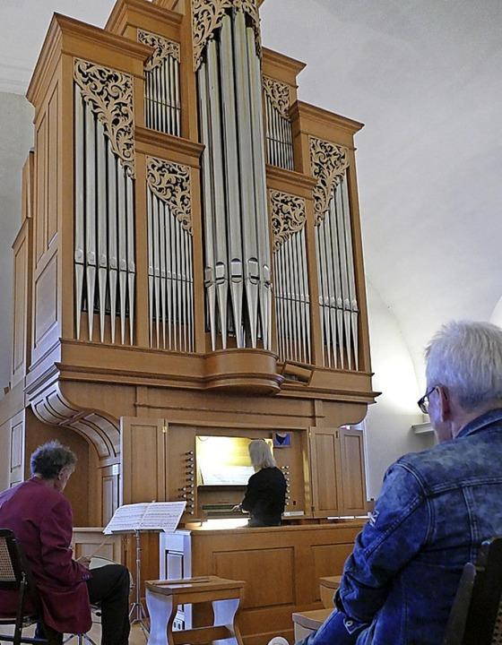 In der Kirche des St. Josefshauses spi...egleitet von ihrem Mann am Schlagzeug.  | Foto: Anna Uhlmann