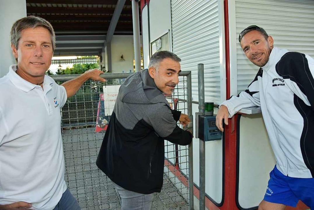 Sie schlossen die Tür des Freibades am...r, Massimo Pinto und Matthias Nägelin.  | Foto: Heinz und Monika Vollmar