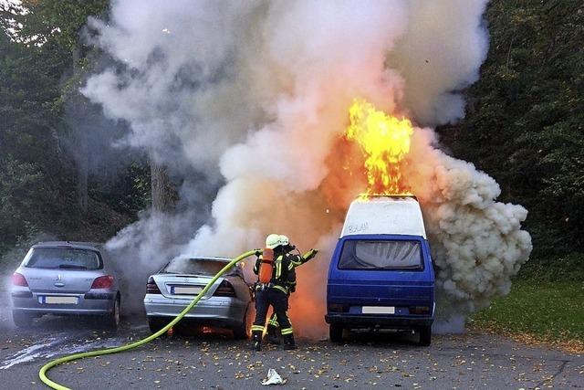 Zwei Pkw sind vollständig ausgebrannt