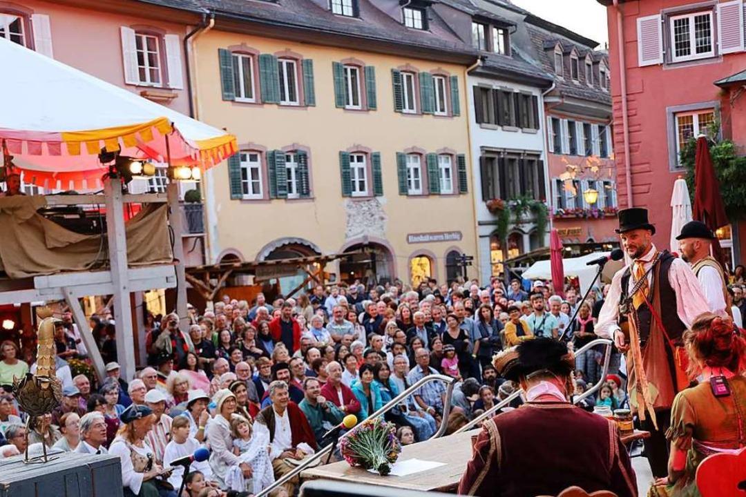 Begeistertes Publikum allerorten, wie ...;  um das Goldene Huhn (links im Bild)  | Foto: Hans-Peter Müller