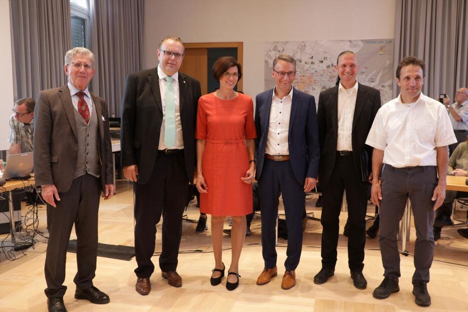 Alle Kandidierenden mit OB Müller (links) nach der Verkündung der Ergebnisse. (Foto: Christoph Breithaupt)