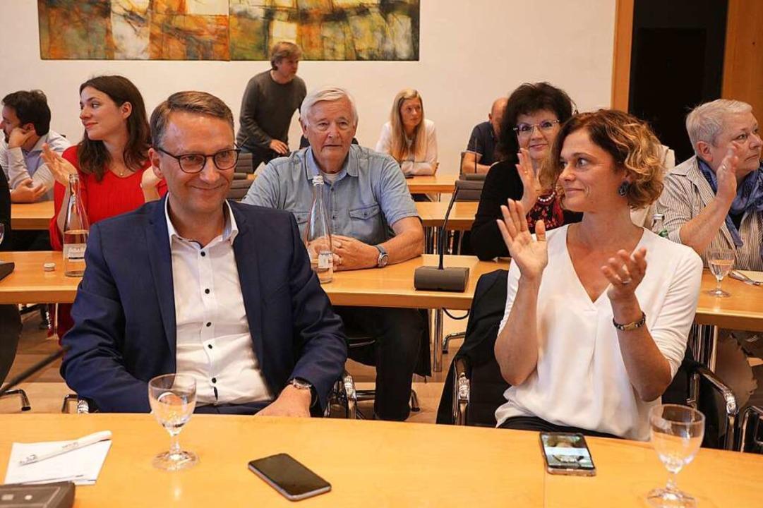 Markus Ibert (links) bekommt für sein ...derem von seiner Frau Marion (rechts).  | Foto: Christoph Breithaupt