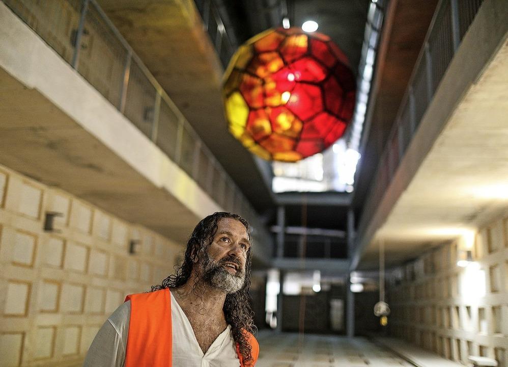 Der deutsche Glaskünstler Yvelle Gabriel auf dem unterirdischen Friedhof    Foto: Ilia Yefimovich (dpa)
