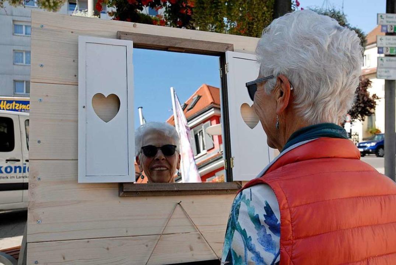 Ein Spiegel zeigte den Besuchern, wer als Engagierter gesucht sei.  | Foto: Leony Stabla