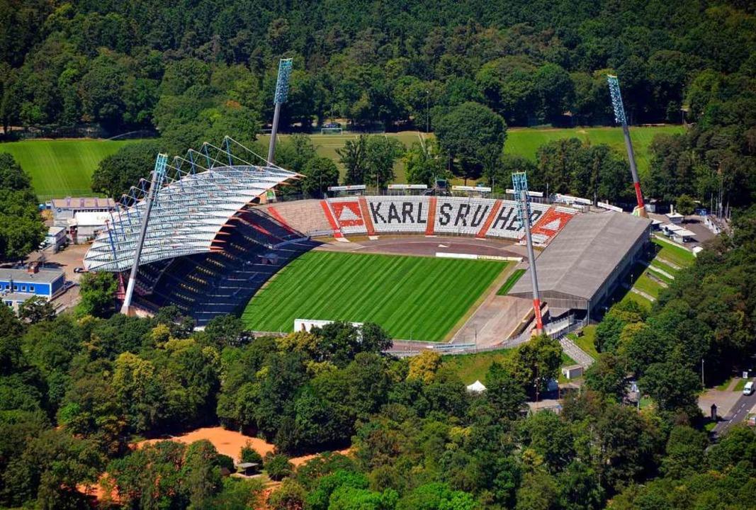 Das Wildparkstadion  im Jahr 2014. Inz...die Arbeiten an den Tribünen begonnen.  | Foto: Uli Deck