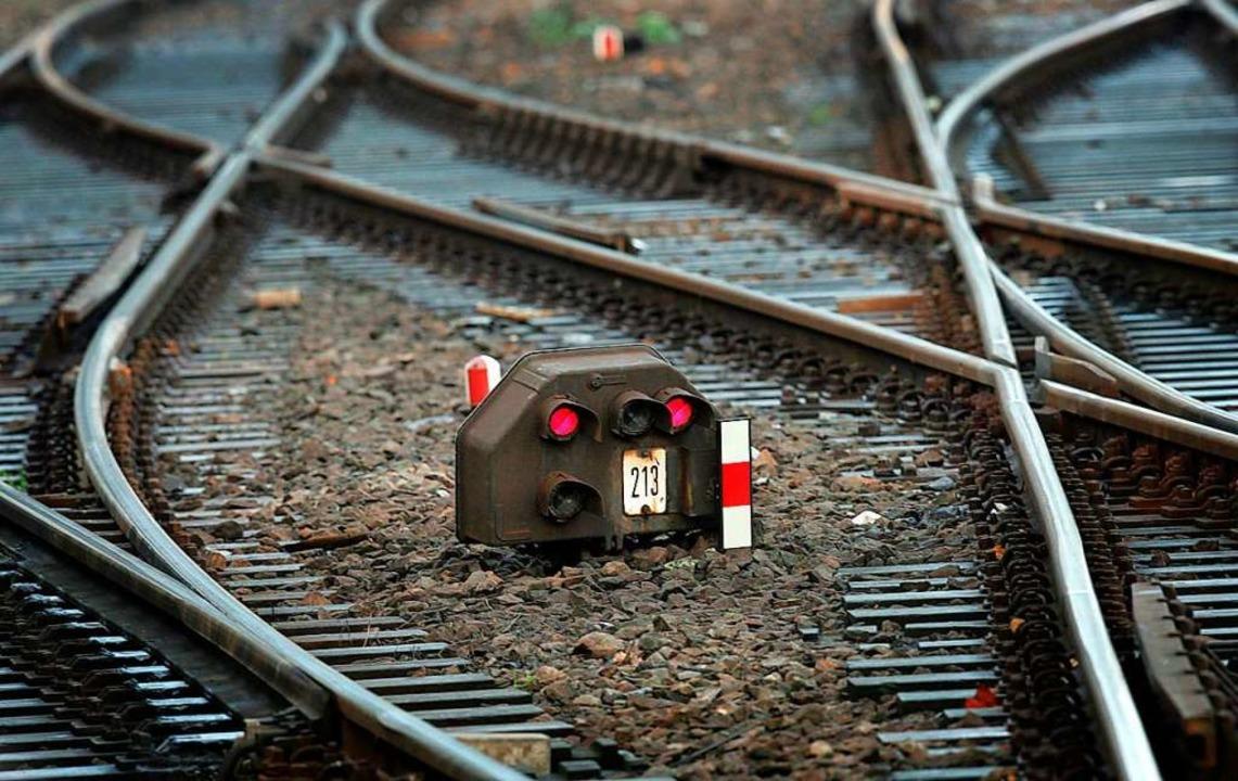 Zuggleise mit Signal  | Foto:  DPA Deutsche Presse-Agentur GmbH