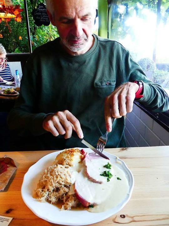 Die Portionen sind üppig: Schäufele mi...ichsoße, Kartoffelbrei und Sauerkraut.  | Foto: Geraldine Friedrich