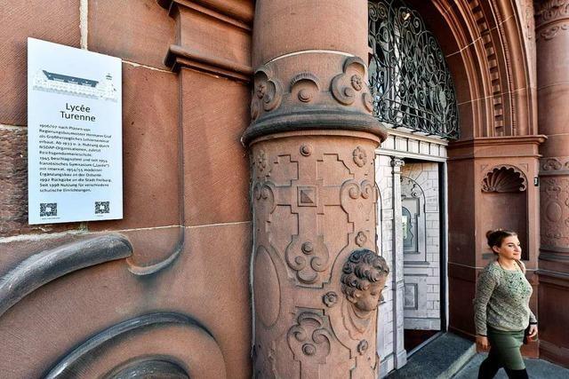 Infotafeln im Freiburger Osten erläutern historische Gebäude