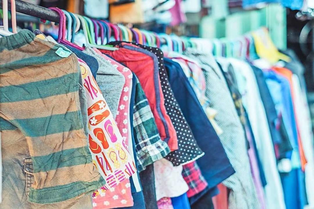 Gebrauchte Kinderkleidung wird von Eltern in der Halle angeboten (Symbolbild).  | Foto: Phoderstock (Adobe Stock)
