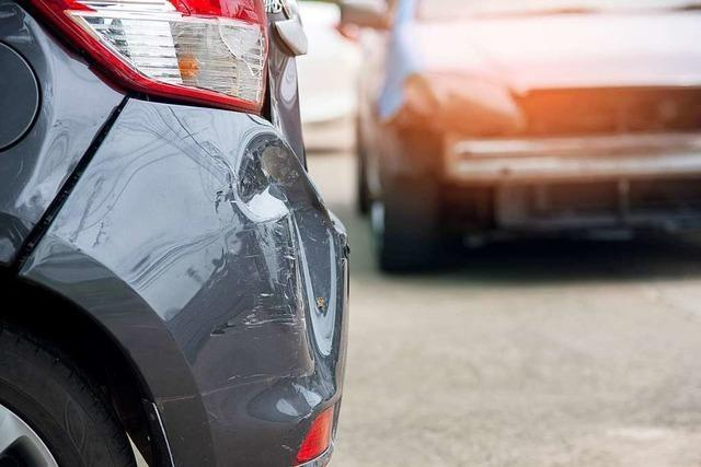 Autofahrer flieht nach Ausparkunfall im Stadtteil Brühl