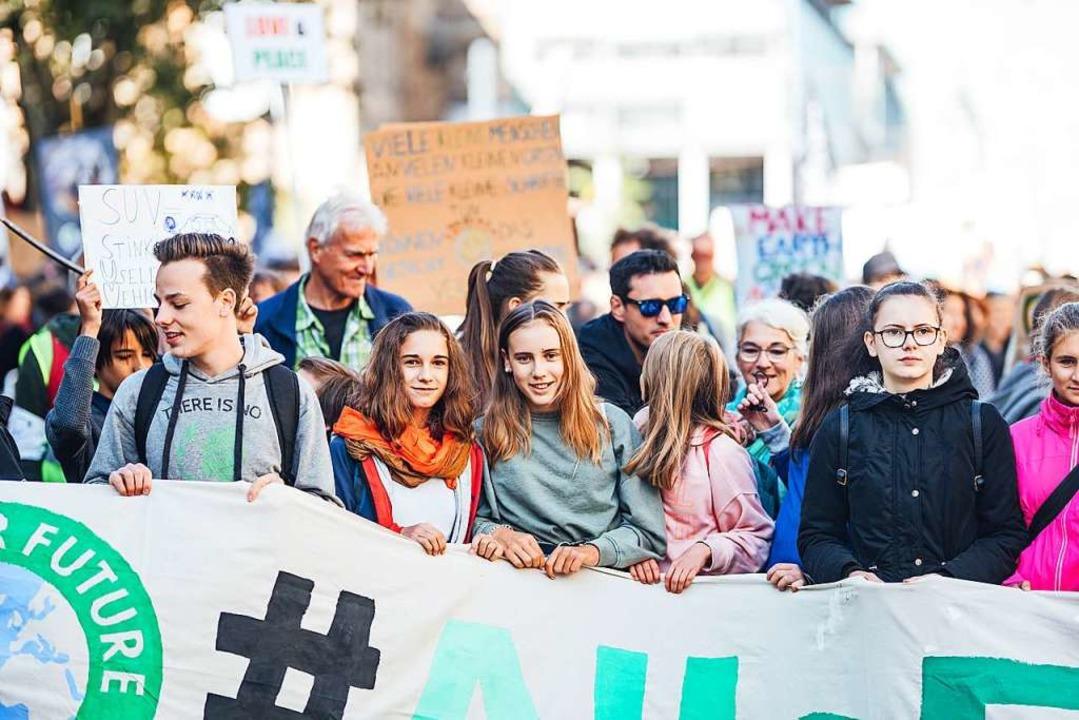 Junge Menschen von Fridays for Future ...Demonstrationszug mit ihrem Banner an.  | Foto: Fabio Smitka
