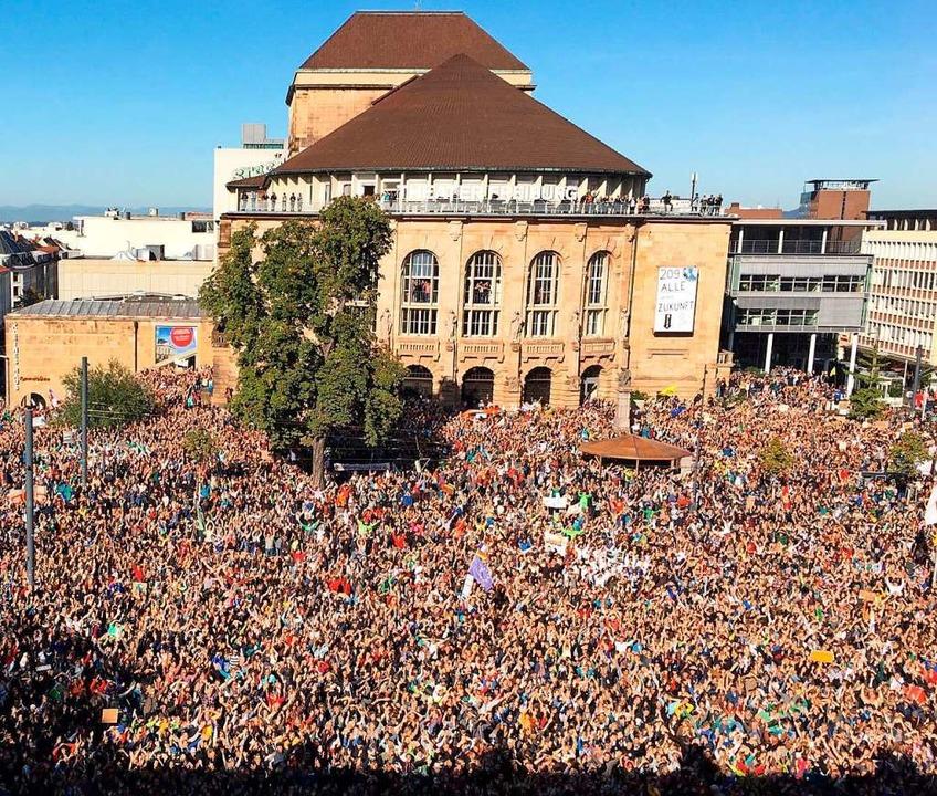 Dicht an dicht stehen die Menschen auf dem Platz der Alten Synagoge.  | Foto: Manuel Lämmle