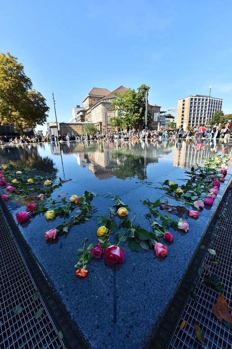 Rosen auf dem Gedenkbrunnen statt einer Absperrung  | Foto: Rita Eggstein