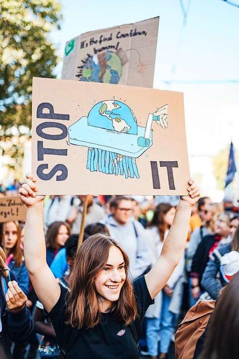 Demonstrationsteilnehmerin mit selbst gestaltetem Plakat.  | Foto: Fabio Smitka